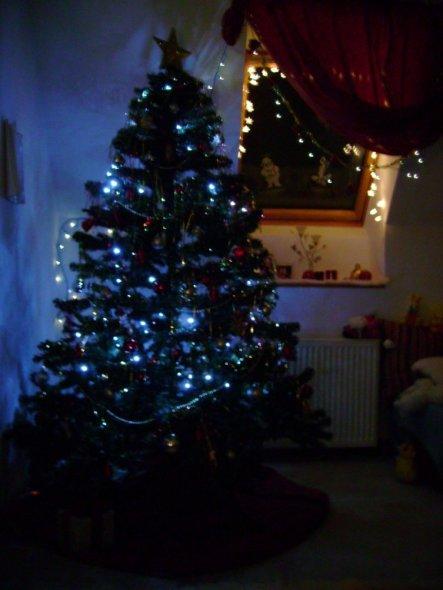Unser Weihnachtsbaum mit LED Lichetkette, Lametta, silber,golden Kette, silbernen, roten Kugeln und Strohsternen.