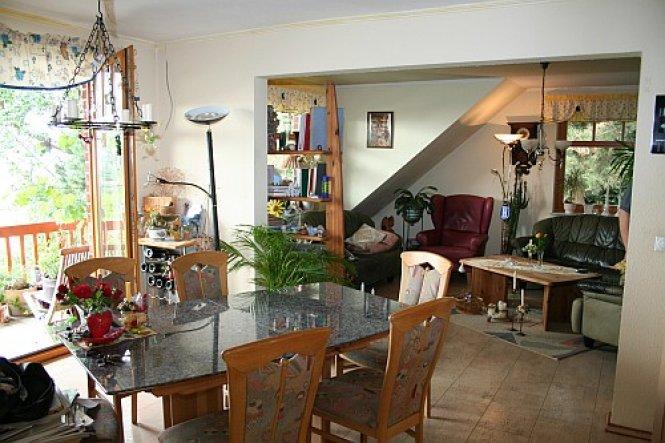 ein Teil des Essbereiches, Blick in den Wohnbereich von der küche