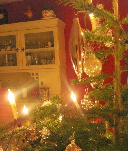 Meine geliebte Vitrine mit Weihnachtsbaum davor ;-)))