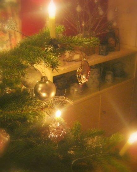 ...und mein Weihnachtsbäumchen nochmal von der anderen Seite mit dem kleinen Schränkchen als Hintergrund
