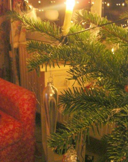 und zum Schluss noch ein Stück Leseecke und Weihnachtsbaum ;-)))