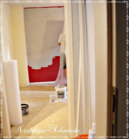 Die roten Wände mussten jetzt einem schönen Weiß weichen. Deshalb haben wir das Rot mit Grau überstrichen und danach nochmal mit weiß. Das Grau deckt
