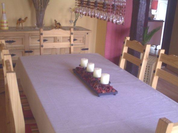 Eßbereich im Wohnzimmer, ebenfalls im Mexiko-Stil, Raum ist durch Holzbalken abgeteilt