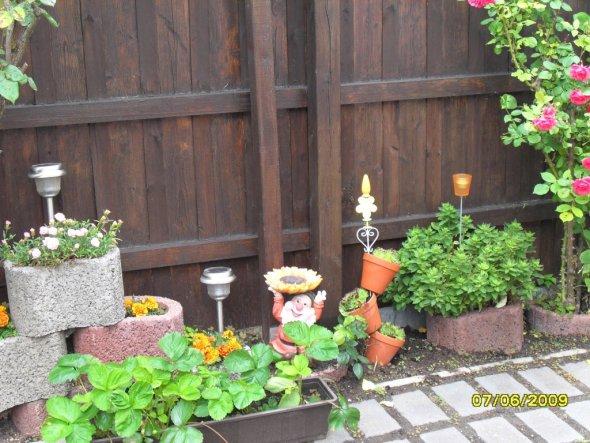Terrasse / Balkon 'Zierbrunnen, Pflanztisch und Einfahrt'
