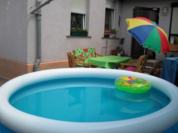 terrasse balkon 39 hof mit kleinem pool 39 unser neues zuhause zimmerschau. Black Bedroom Furniture Sets. Home Design Ideas