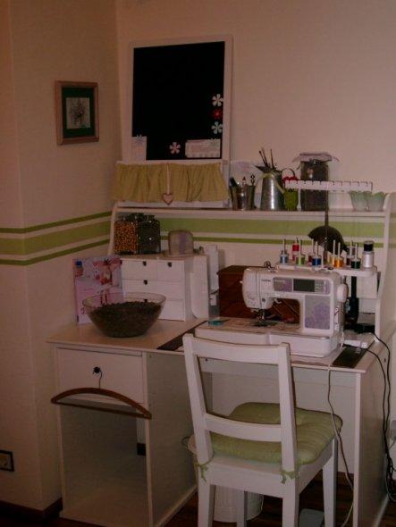Der Schreibtisch ist vom Schwedischen Möbelhaus und auch sonst wird man noch so manches von dort entdecken ;o))