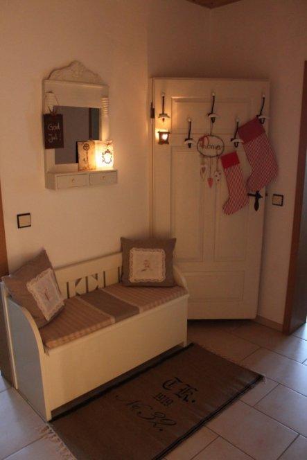 Auf drängeln meiner Schwester hier ein Bild von der Tür an ihrem richtigen Platz. Dahinter habe ich unsere Regenschirme versteckt. Außerdem sol