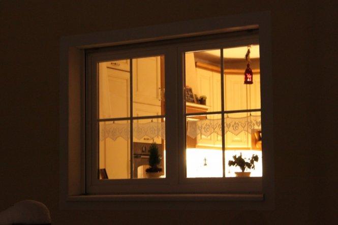 Blick von draussen in die Küche...die kleinen Häkelgardinen mit Herzchen und Röschen habe ich selbst gemacht :o)))