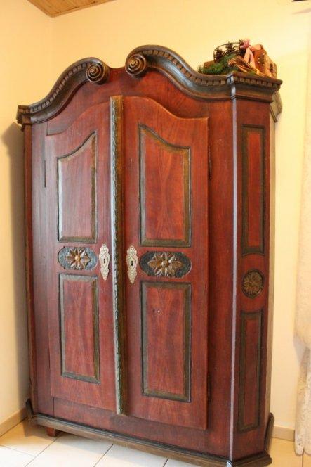 Ja, ist denn scho Weihnachten??  Gestern haben wir endlich meinen Barockschrank (gebaut ca. 1780) vom Restaurator geholt. Er ist
