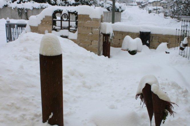 Es hört und hört nicht auf zu schneien. Seit gestern hat es gut 30 cm Neuschnee gegeben. Man kommt kaum mit dem räumen nach...