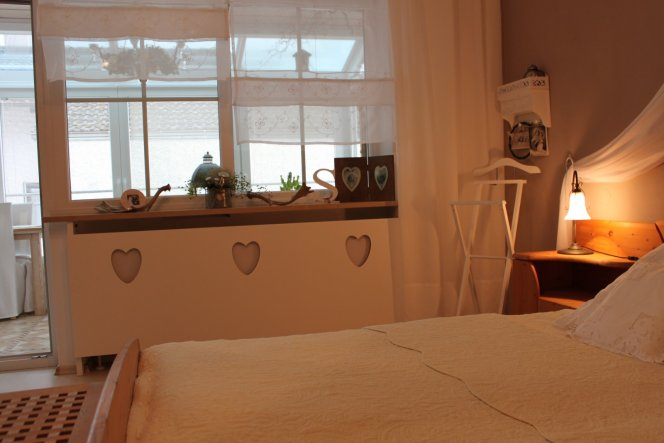 Endlich ist der hässliche Rippenheizkörper verkleidet....neue Vorhangschals in weiß gibts hier mittlerweile auch....und ein kleines Wandregal mit 2 Sc