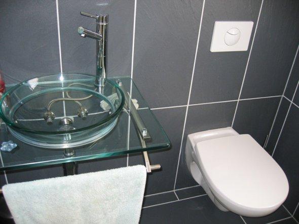 Den Glas-Waschtisch hatte ich schon, bevor ich überhaupt gebaut habe. War ein Schnäppchen in eBay.
