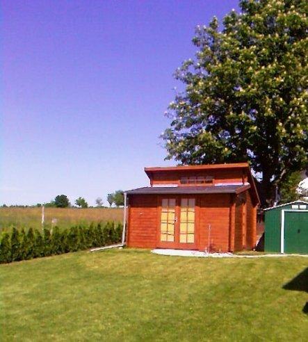 Und hier die Gartenhütte. Demnächst gibt's auch mal Bilder von innen.