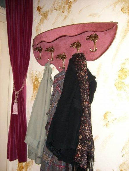 links neben der Haustür hängt die Garderobe, welche ich auf einem Trödelmarkt in Holland zu einem Spottpreis erstanden habe. Die meisten unserer Möbel