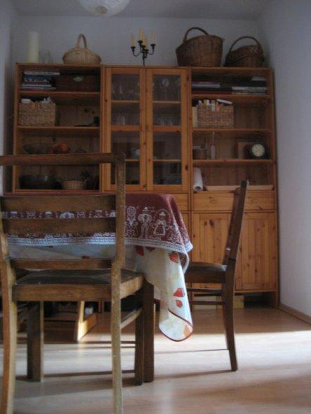 Die Küche ist mini, daher wurde der Eßbereich in die Diele verlagert.