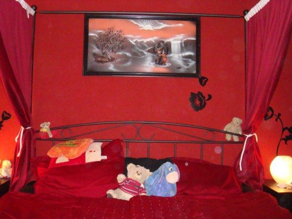 Das ist unser romantisches Schlafzimmer. Hier sieht man die Hauptseite mit dem nun passenden Bild über dem Himmelbett.