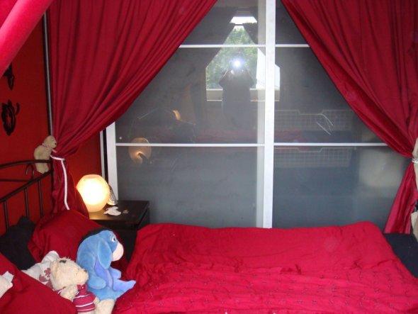 Vom Fenster mit Blick auf den Kleiderschrank mit Schiebetüren.