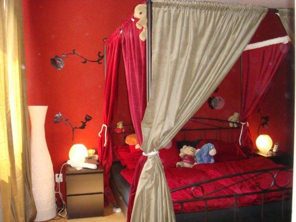 Blick auf das Bett mit Nachttisch