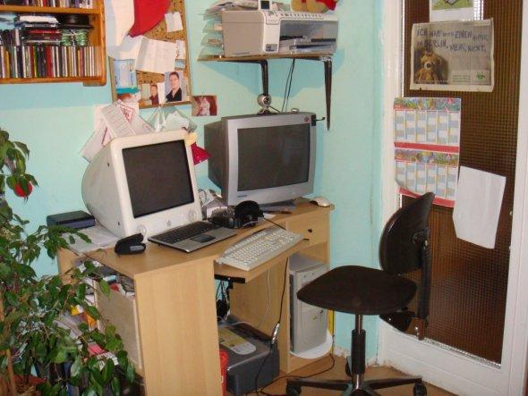 Nun noch die PC-Arbeitsecke mit dem Mac und dem PC.Diese befindet sich rechts neben dem Sofa