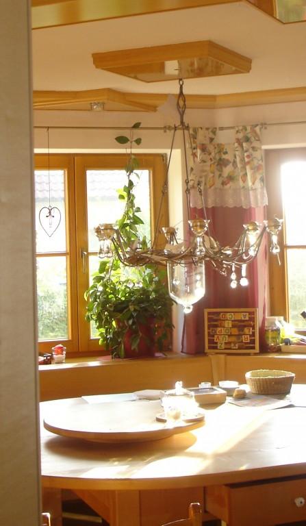 landhausstil esszimmer mit originellen kunstwerken. Black Bedroom Furniture Sets. Home Design Ideas
