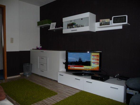 welche tapete hinter weisser wohnwand die neuesten innenarchitekturideen. Black Bedroom Furniture Sets. Home Design Ideas