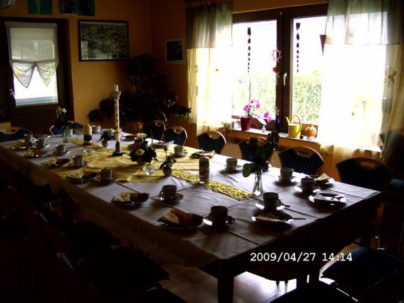 Gedeckter Tisch für die Nachbarn, bei uns zu Hause im ehemaligen WoZi.