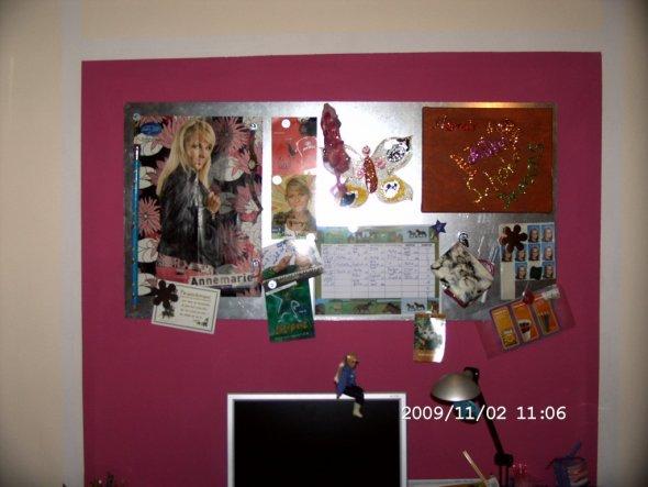 Selbstgebaute magnetische Wand, damit alles aufgehangen werden kann, was Nora gefällt.