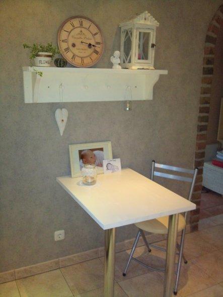 Hier wurden Tisch und Regal selbst gebaut...