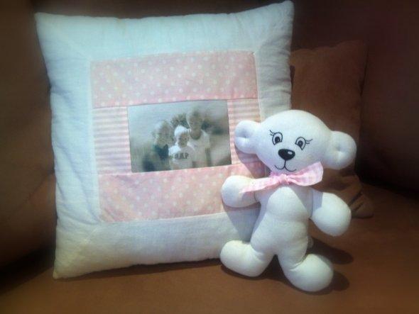 Hier seht ihr ein Kissen mit dem Foto meiner Kinder und einen passenden Teddy dazu