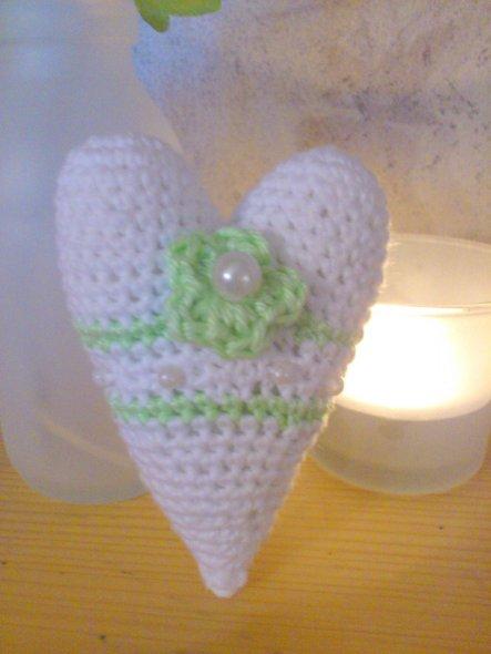 Hier mla ein kleines Häkelherz mit grüner Blume und Perle