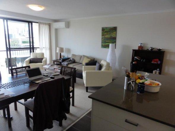 Blick aus der Küche ins Wohn- / Esszimmer. Ich liebe die Insel!  Ein Bücherregal aus der selben Serie wie die andern Möbel habe i