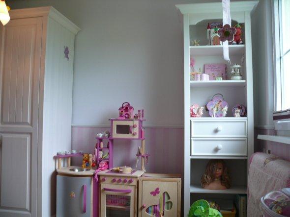 hier  fehlt noch ein Bücherregal und anstatt der Küche kommt ein Tisch hin und die Küche auf die andere Seite.
