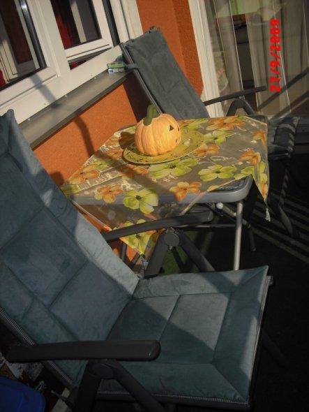 mein balkon sieht noch nicht so aus wie ich möchte aber dekorieren kann man schon:))