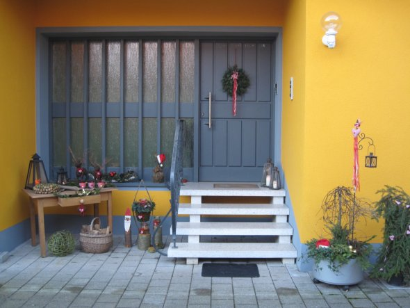 weihnachtsdeko 39 vor der t r 39 taumhaus in gelb zimmerschau. Black Bedroom Furniture Sets. Home Design Ideas