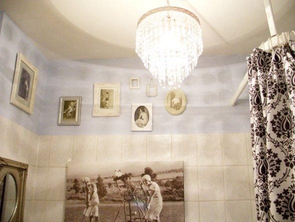 Die goldene Lampe aus dem Bad kommt jetzt in den rot-goldenen Flur, zu den Armaturen passt besser das silberne Lämpchen mit den Glitzerkristallen. .-)