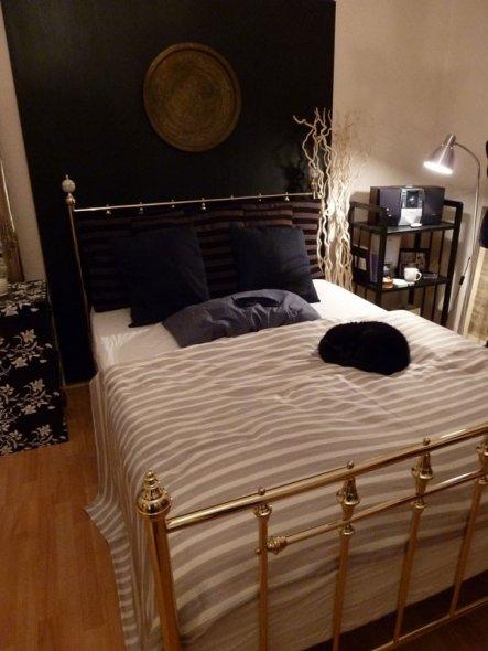 Eine schöne schwarze Tagesdecke (sind in meinen Augen sonst ein paar geliebte Streifen zuviel) und ein toller Teppich sowie die perfekten Lampen fehle