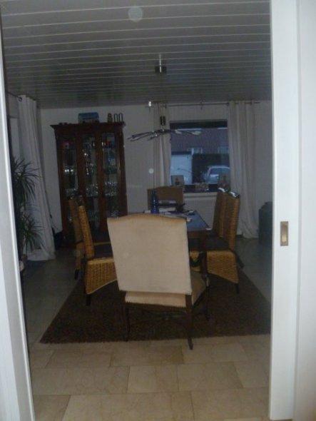 1.Versuch mit braunem Teppich und Rattan-Stühlen