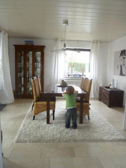 2.Versuch mit weissem Teppich und Rattan-Stühlen