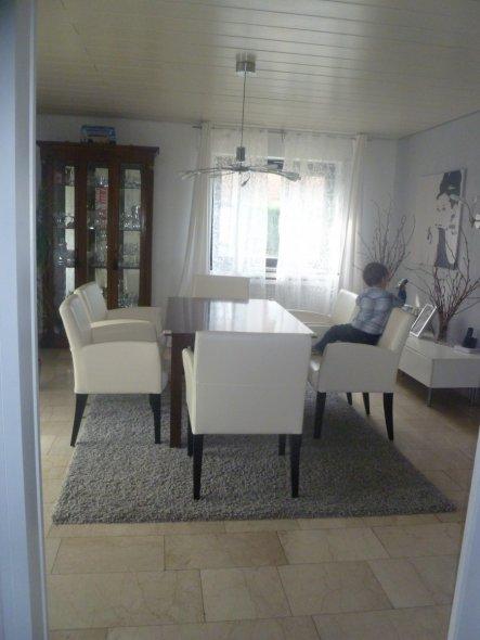 aktuell mit grauem Teppich und neuen weissen Dining Chairs ;)