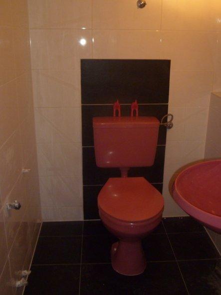 noch während der Renovierung ;) aktuelle Fotos folgen....Retro-WC-Waschbecken von V&B aus den 70s sind aus nostalgischen so geblieben ;)