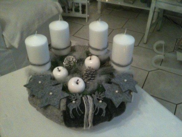 adventskranz selbst gestrickt und mit filz bestückt..