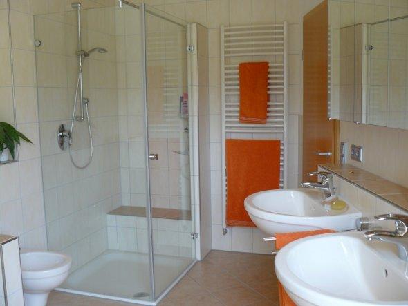 Bad 39 badezimmer 39 unser traumhaus zimmerschau - Dusche mit sitzbank ...