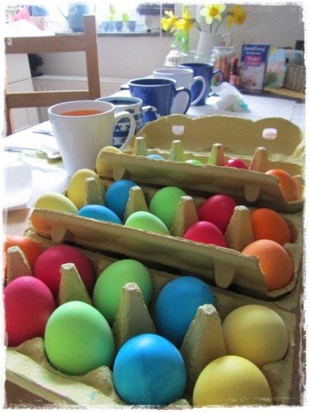 ich habe heute schon einmal ein paar Eier gefärbt für meine Töchter :-)