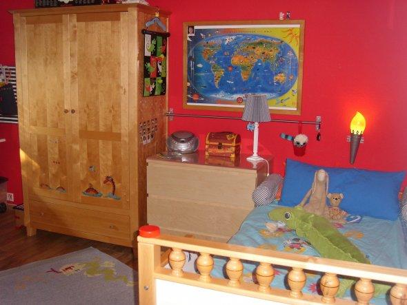ja die Kommode links neben dem Bett passt nicht so richtig- aber eigentlich war ihr Platz unter dem Hochbett geplant . Na mal sehen- vielleicht macht