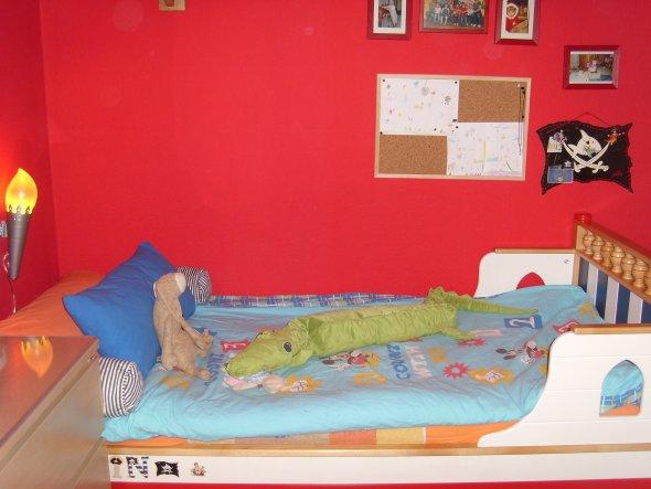 Eigentlich wollte mein Sohnemann jetzt ein Hochbett - der Papa wollte sein Bett dazu umbauen und dann sollte die Kommode darunter. Durch das umräumen