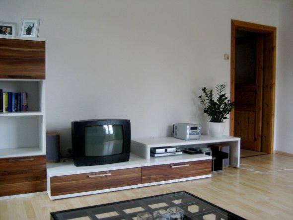 Glaubt mir, dies ist nur ein Ersatzfernseher!!! Vielleicht lass ich die Wand komplett blank für eine Beamer-Projektion, weiß noch nicht genau.