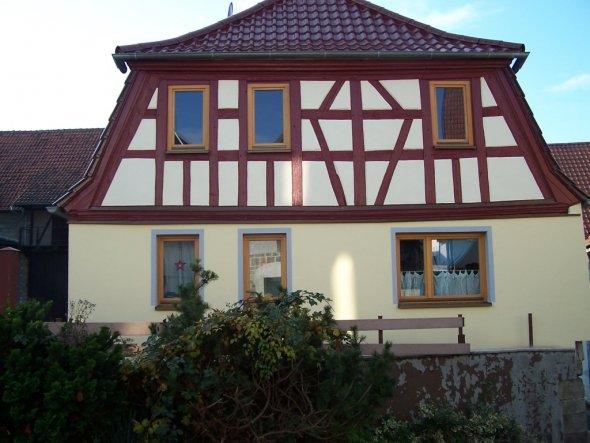 Baujahr 1790, renoviert 2002 bis 2005.  Werde demnächst mal die Räume fotografieren und hochladen.