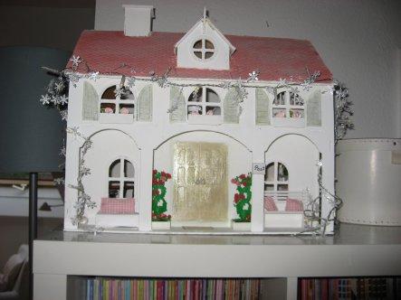 Habe ein altes Puppenhaus im Shabby Stil gestrichen und neu hergerichtet...