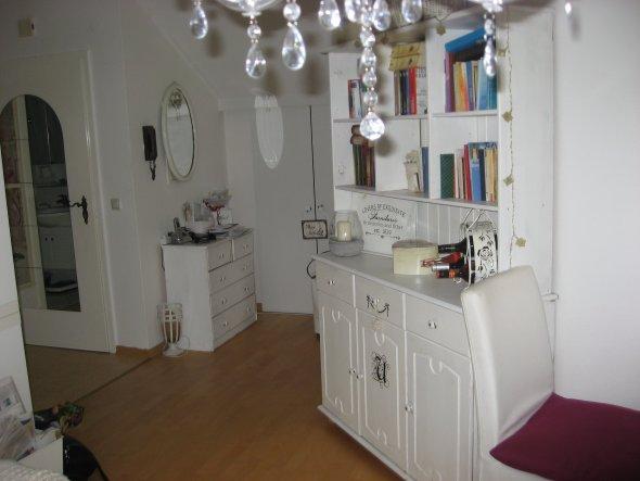 Ohne Flur - geradeaus Schlafzimmer, rechts kleine Küche hier gehts ins Wohnzimmer
