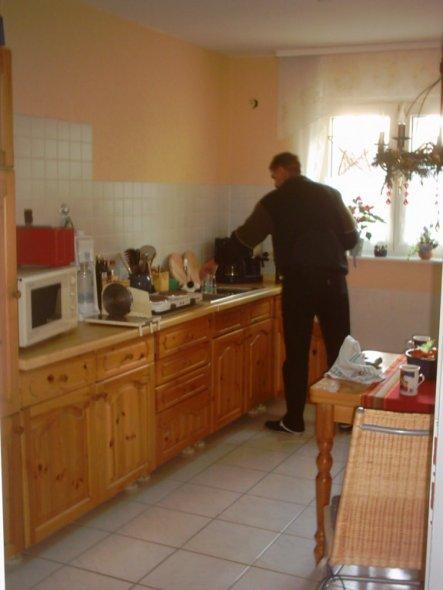 Bis unsere neue Küche geliefert wurde, haben wir mit alten und geliehenen Möbeln improvisiert.